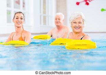 senior, en, jongeren, in, water, turnoefening
