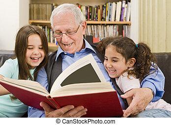 senior, en, kinderen, lezende