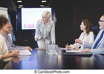 senior felnőtt, woman vezényel, alatt, tanácskozás