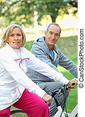 senior, fietsen, mensen