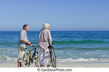 senior, fietsen, paar, hun, strand