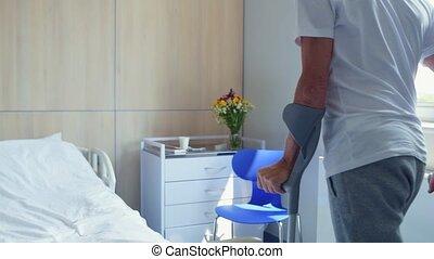 senior, gehandicapte man, wandelende, op, de, krukken, in het ziekenhuis