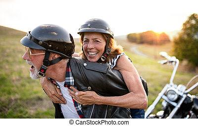 senior, handelsresandear, par, motorcykel, glad, countryside.