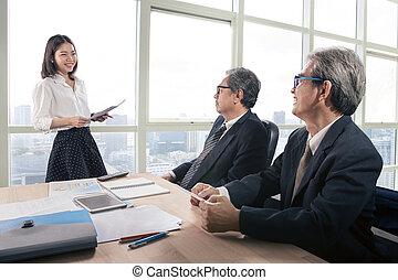senior, handlowiec, i, młoda kobieta, w, biuro spotkanie, pokój
