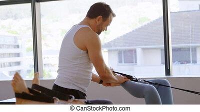 senior, helpen, trainer, terwijl, oefening, stretching, ...