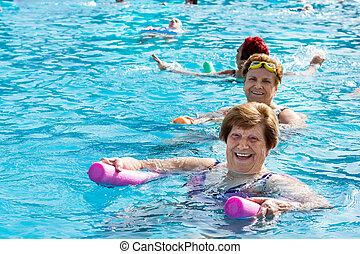 senior, het behouden, pool., passen, vrouwen