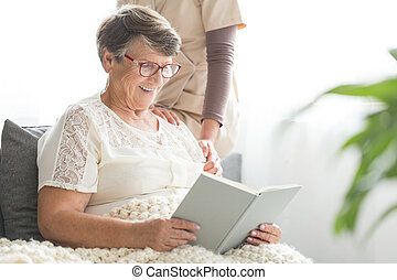 senior, het glimlachen, boek, patiënt, lezende