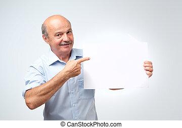 senior, iberische man, met, mustache, houden, de, witte , meldingsbord, in, een, studio, witte achtergrond