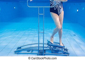 senior, in, onderwater, turnoefening, therapie