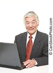 senior, japansk, affärsman, användande laptop, dator