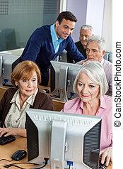senior, klasgenoten, het gebruiken computer, in, klaslokaal