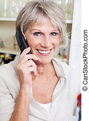 senior, klesten, het glimlachen, dame, telefoon
