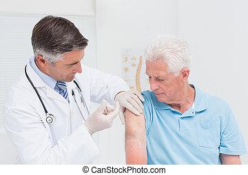 senior, klinik, läkare, injicera, tålmodig
