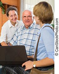 senior kobl, hos, social arbejder, hjem hos