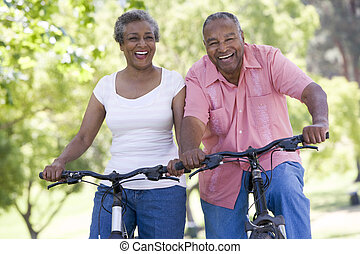 senior kobl, på, bicycles