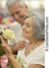 senior kobl, portræt, hos, blomster