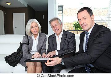 senior kobl, underskrive, finansielle, kontrakt, by,...
