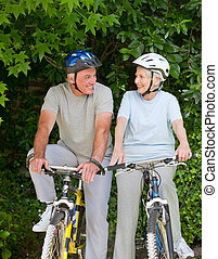senior koppel, berg, outsi, biking