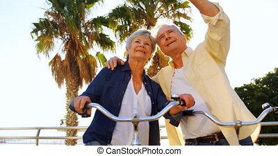 senior koppel, boeiend, selfie, op, mobiele telefoon, 4k