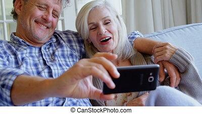 senior koppel, boeiend, selfie, op, sofa, 4k