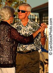 senior koppel, dancing