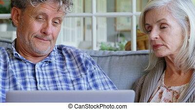 senior koppel, gebruikende laptop, op, sofa, 4k