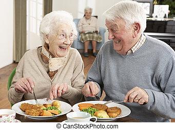 senior koppel, het genieten van, maaltijd, samen