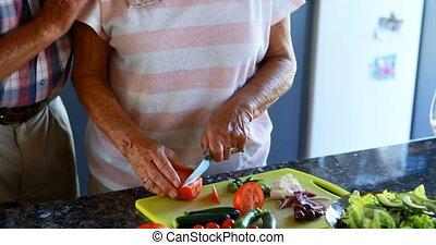 senior koppel, het hakken, groentes, keuken, 4k