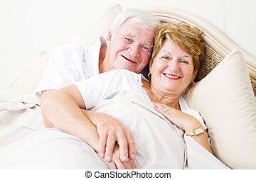 senior koppel, het koesteren, bed, vrolijke