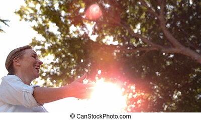 senior koppel, het koesteren, zonnige dag