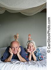 senior koppel, het leggen, in, een, bed