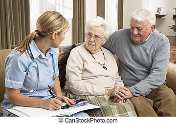 senior koppel, in, discussie, met, gezondheid bezoeker,...