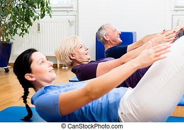 senior koppel, in, fysiotherapie, doen, zitten-ups