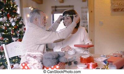 senior koppel, in, truien, omhulsel, de giften van kerstmis,...