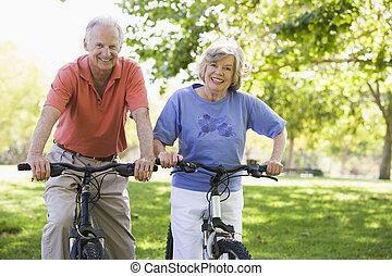 senior koppel, op, bicycles