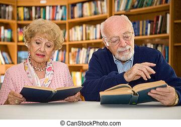 senior koppel, op, de, bibliotheek