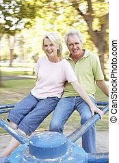 senior koppel, paardrijden, op, rotonde, in park