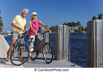 senior koppel, rivier, bicycles, vrolijke