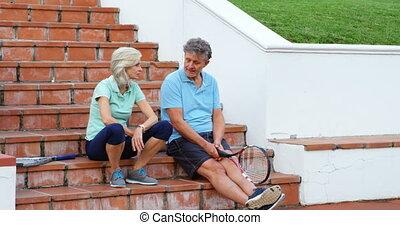senior koppel, sprekend op stairs, 4k