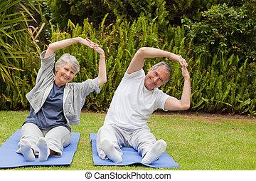 senior koppel, tuin, hun, streches