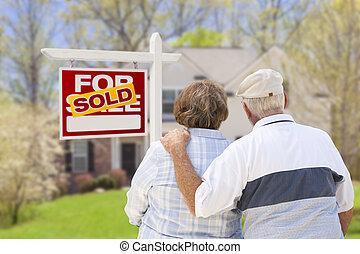 senior koppel, voor, sold, vastgoed voorteken, en, woning