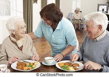 senior koppel, wezen, gediende, maaltijd, door, carer