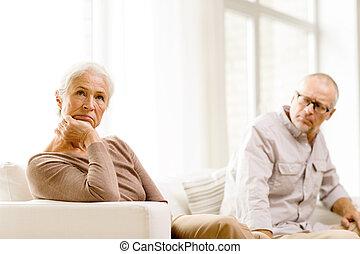 senior koppel, zitten op sofa, thuis