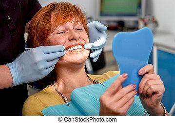 senior kvinde, ind, den, dentale, kontor.