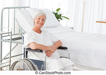 senior kvinde, ind, hende, wheelchair, kigge kameraet hos