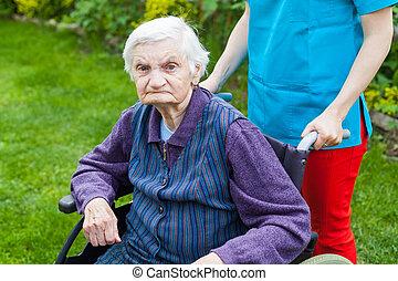 senior kvinde, ind, wheelchair, hos, sygeplejerske
