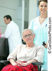 senior kvinde, ind, wheelchair, hos, unge, sygeplejerske