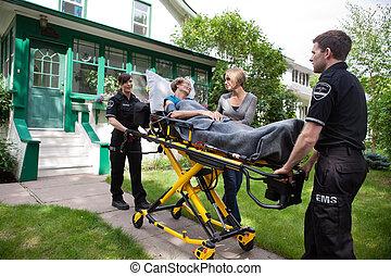 senior kvinde, på, ambulance, båre