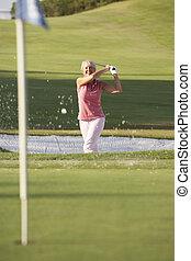 senior, kvindelig golfer, spille, bunker skød, på, golf kurs