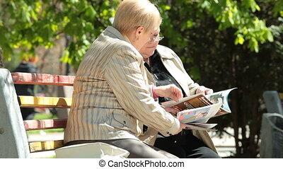 senior, lezende , tijdschriften, vrouwen